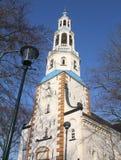 Iglesia y linterna en Uithuizermeden imagenes de archivo