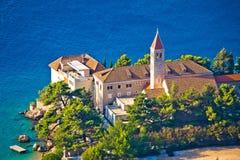 Iglesia y monasterio de Bol en la costa de Brac Foto de archivo
