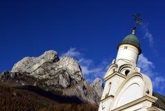 Iglesia y montañas de Agordo imágenes de archivo libres de regalías