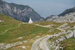 Iglesia y montañas de Montenegro imagen de archivo