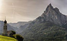 Iglesia y montañas por la mañana Imagen de archivo