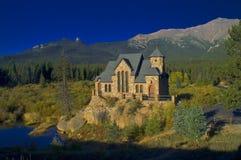Iglesia y montañas del estilo del cuento de hadas Fotos de archivo libres de regalías