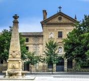Iglesia y monumento antiguos Pamplona, España imagen de archivo