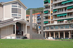Iglesia y monumento en el cuadrado de los mártires de la libertad Sabona, Italia Fotografía de archivo