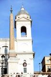 Iglesia y obelisco en Roma imagen de archivo libre de regalías