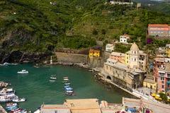 Iglesia y puerto en Vernazza imagen de archivo