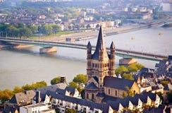 Iglesia y río el Rin de la escena de Colonia Imágenes de archivo libres de regalías