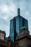 Iglesia y rascacielos en Melbourne Foto de archivo