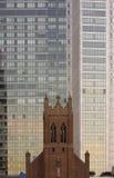 Iglesia y rascacielos en San Francisco Fotos de archivo libres de regalías