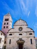 Iglesia y torre antiguas en Zedar Croacia Foto de archivo