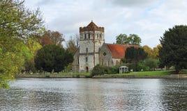 Iglesia y torre inglesas de la aldea de la orilla Imagen de archivo libre de regalías