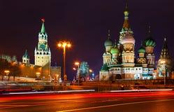 Iglesia y torres del Kremlin en la noche visión desde el puente de Bolshoi Zamoskvoretsky Trazalíneas de los coches Coche policía Imagen de archivo