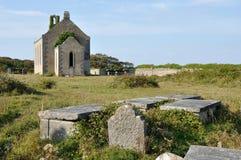 Iglesia y tumbas de la ruina de la isla de Irlanda Aran Foto de archivo