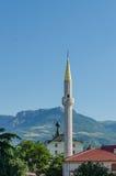 Iglesia y una mezquita en montañas Foto de archivo libre de regalías