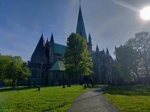 Iglesia y verde imagenes de archivo
