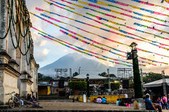 Iglesia y volcán festivos en la puesta del sol cerca de Antigua, Guatemala Fotografía de archivo libre de regalías
