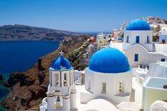 Iglesias azules de la aldea de Oia en Santorini Foto de archivo libre de regalías