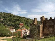Iglesias con la parete rimane del castello Castello Salvaterra, Sardegna Immagine Stock Libera da Diritti