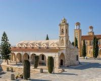 Iglesias en el cuadrado central de la pequeña ciudad chipre Foto de archivo libre de regalías