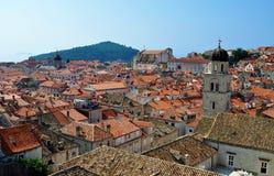 Iglesias en el medio de los tejados fotografía de archivo libre de regalías