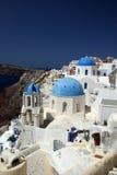 Iglesias en Oia, Grecia imagenes de archivo
