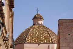 Iglesias gammal del av staden med kyrkan, Sardinia, Italien Arkivfoto