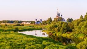 Iglesias rusas del pueblo del paisaje de la tarde Fotos de archivo