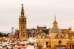 Iglesias Sevilla España de los chapiteles del campanario de Giralda Fotografía de archivo libre de regalías