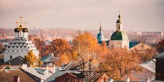 Iglesias viejas de la ciudad imagenes de archivo