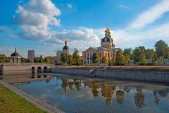 Iglesias viejas de la creencia, charca y el puente en Rogozhskaya Sloboda foto de archivo