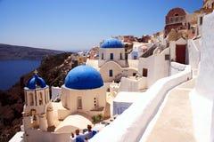 Iglesias y carril de Santorini Foto de archivo libre de regalías