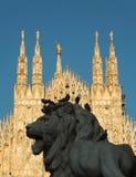 Iglicy Duomo katedra w Mediolan z lwem w przedpolu który jest częścią statua zwycięzca Emmanuel II, zdjęcie stock