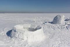 Iglo onvolledig op een sneeuwopen plek stock foto's