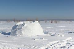 Igloo niedokończony na śnieżnej haliźnie obraz royalty free