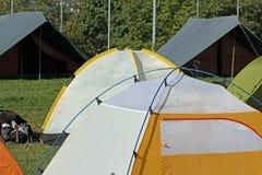Iglootält och det kanadensiska tältet som campar i en spana, campar Fotografering för Bildbyråer