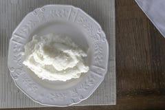 Igname martellato nigeriano sul piatto bianco pronto da mangiare fotografia stock