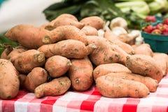 Ignami della patata dolce al mercato degli agricoltori Immagini Stock