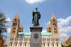 Ignasz Szepessy雕象在圣皮特圣徒・彼得和圣保罗大教堂前面的在佩奇匈牙利 图库摄影
