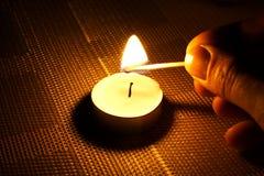 Ignição da vela com fósforo Fotografia de Stock Royalty Free