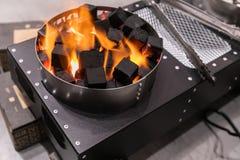 Ignición de carbones en estufa eléctrica especial imagen de archivo