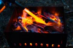 Ignición de carbones en la parrilla fotos de archivo libres de regalías