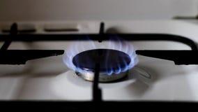 Ignición de la estufa de gas almacen de metraje de vídeo