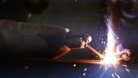 Ignición del arco, trabajos de soldadura, primer de proceso del trabajo metrajes
