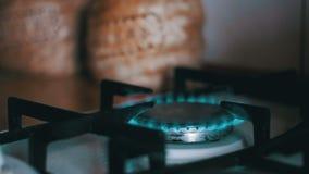 Ignición del gas en la hornilla en la estufa de cocina casera Cámara lenta almacen de video