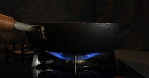Ignici?n del calor debajo de la cacerola en la cocina almacen de video