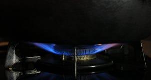 Ignici?n del calor debajo de la cacerola en la cocina metrajes
