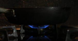 Ignici?n del calor debajo de la cacerola en la cocina almacen de metraje de vídeo