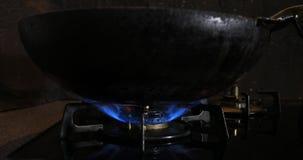 Ignici?n del calor debajo del wok en la cocina metrajes