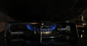 Ignici?n del calor debajo del wok en la cocina almacen de video