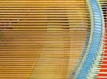 Igold-Schnüre innerhalb eines Klaviers Lizenzfreie Stockfotos